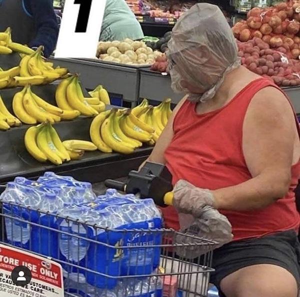 Sátira muito necessária: quando o Walmart exigia que os clientes usassem máscaras, eles não tinham idéia de que isso iria acontecer ... 2