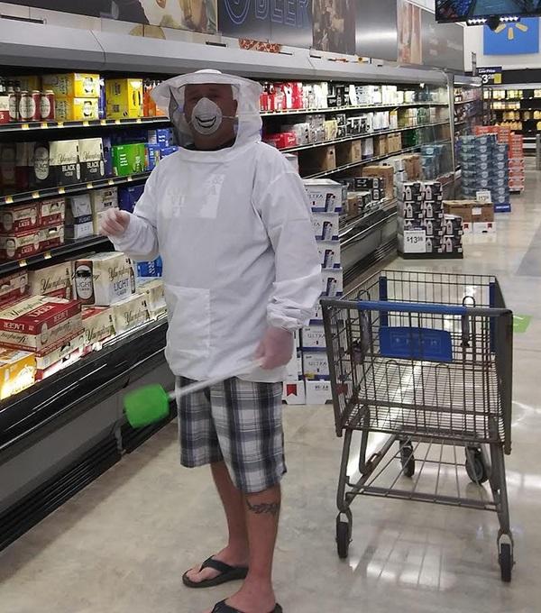 Sátira muito necessária: quando o Walmart exigia que os clientes usassem máscaras, eles não tinham idéia de que isso iria acontecer ... 17