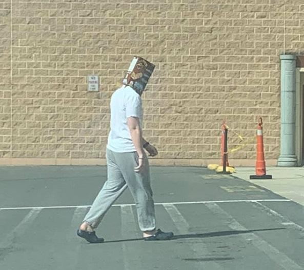 Sátira muito necessária: quando o Walmart exigia que os clientes usassem máscaras, eles não tinham idéia de que isso iria acontecer ... 7