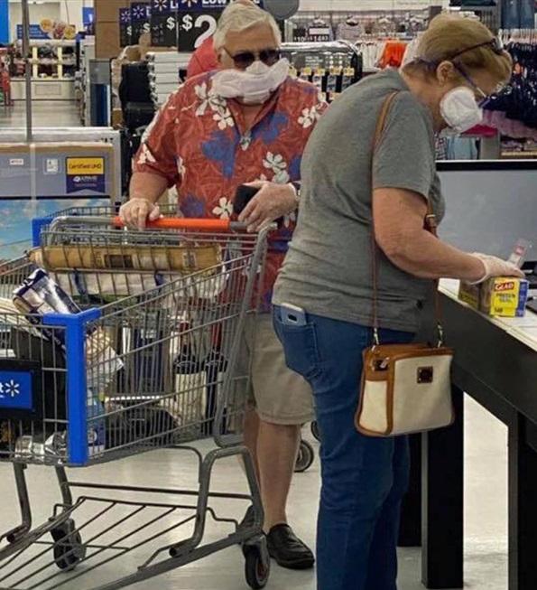 Sátira muito necessária: quando o Walmart exigia que os clientes usassem máscaras, eles não tinham idéia de que isso iria acontecer ... 14