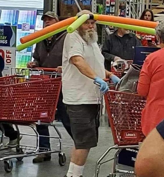 Sátira muito necessária: quando o Walmart exigia que os clientes usassem máscaras, eles não tinham idéia de que isso iria acontecer ... 13