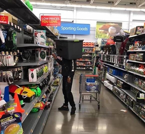 Sátira muito necessária: quando o Walmart exigia que os clientes usassem máscaras, eles não tinham idéia de que isso iria acontecer ... 9