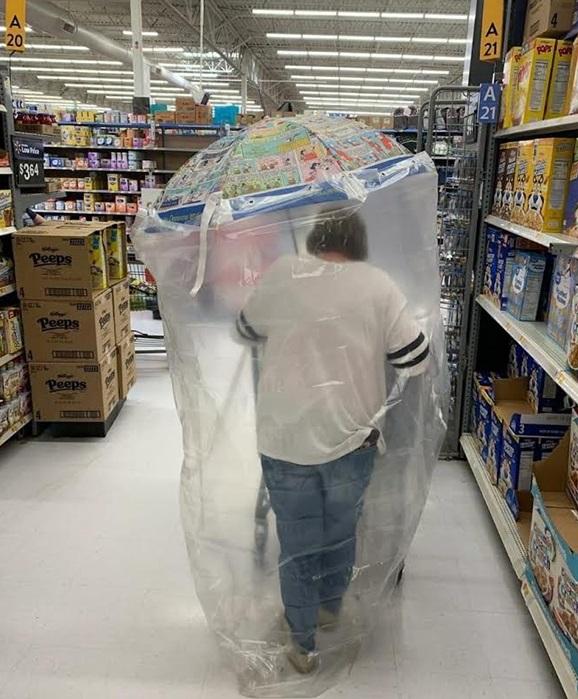 Sátira muito necessária: quando o Walmart exigia que os clientes usassem máscaras, eles não tinham idéia de que isso iria acontecer ... 10