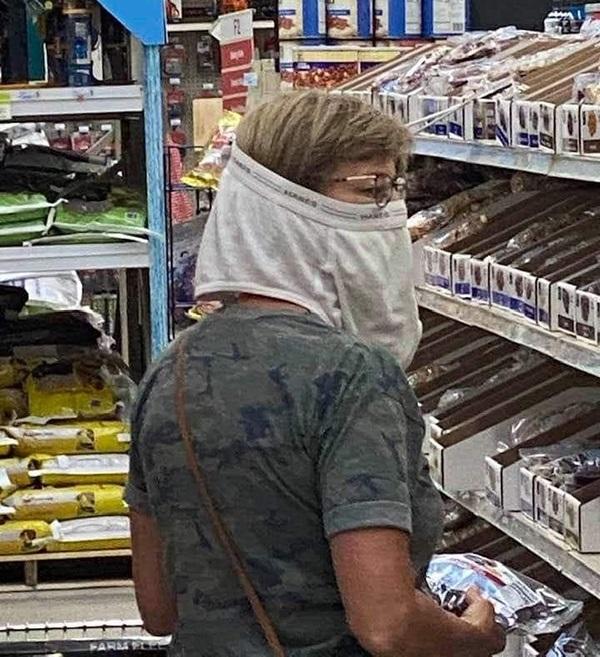 Sátira muito necessária: quando o Walmart exigia que os clientes usassem máscaras, eles não tinham idéia de que isso iria acontecer ... 3