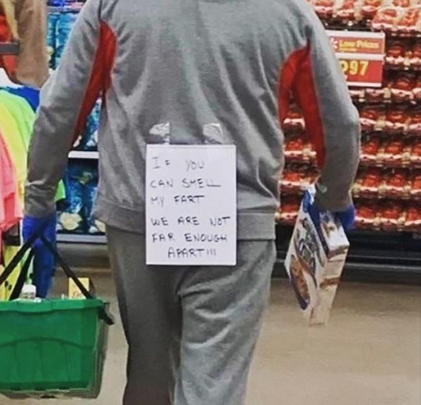Sátira muito necessária: quando o Walmart exigia que os clientes usassem máscaras, eles não tinham idéia de que isso iria acontecer ... 12