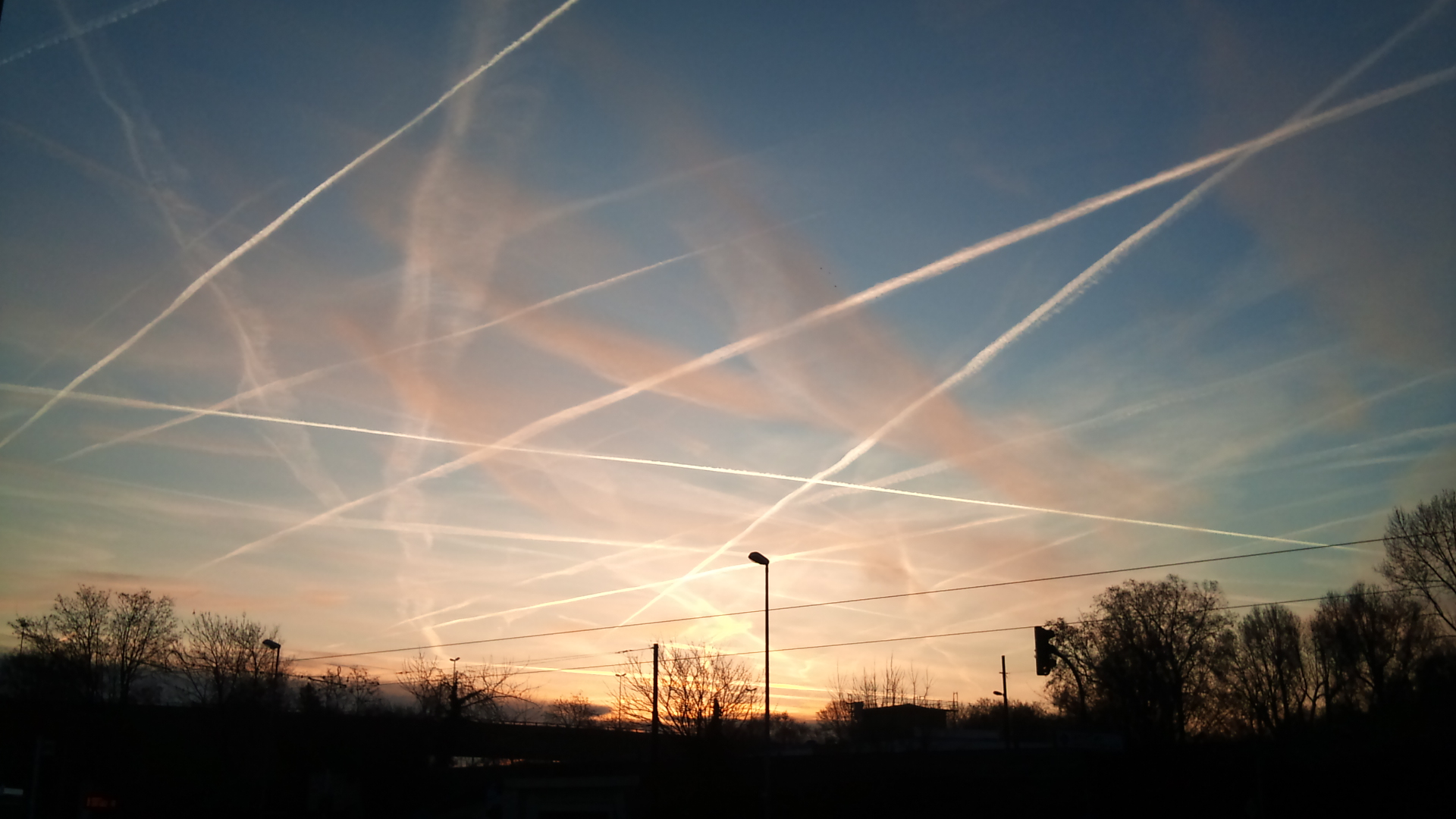 Image: Geoengineering may destroy us all: Hysterical climate change scientists now trying to DIM the sun through planned atmospheric pollution